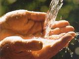Hände unter fließendem Wasser