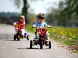 Kinder auf Dreirädern